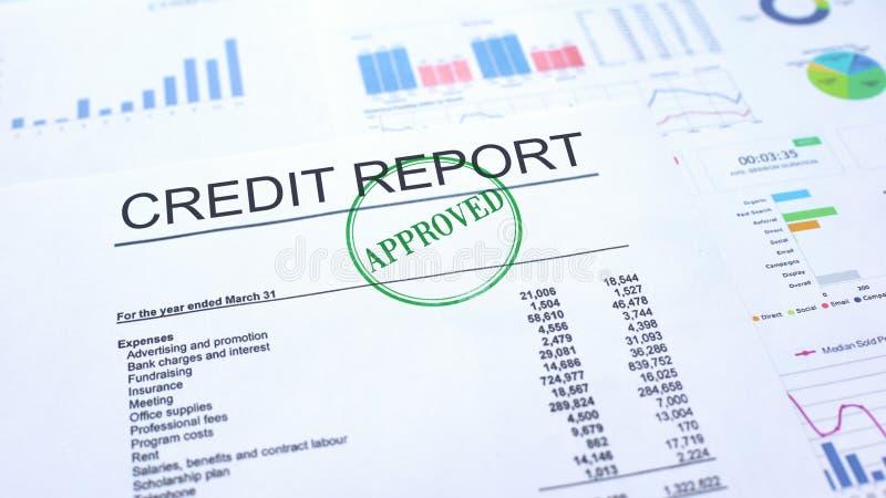 Goedgekeurd kredietrapport, gestempelde verbinding over officieel document, bedrijfsproject royalty-vrije stock foto