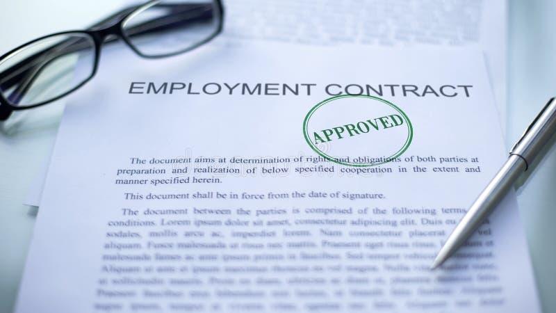 Goedgekeurde die arbeidsovereenkomst, verbinding op officieel document, transactie wordt gestempeld royalty-vrije stock afbeeldingen
