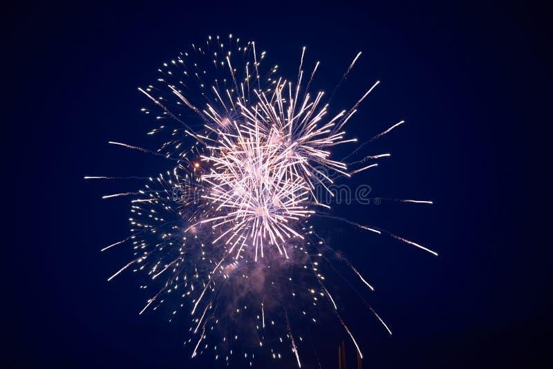 Goedkoop helder fonkelend vuurwerk, roze, met nevel, op de nachthemel, achtergrondtextuur stock foto