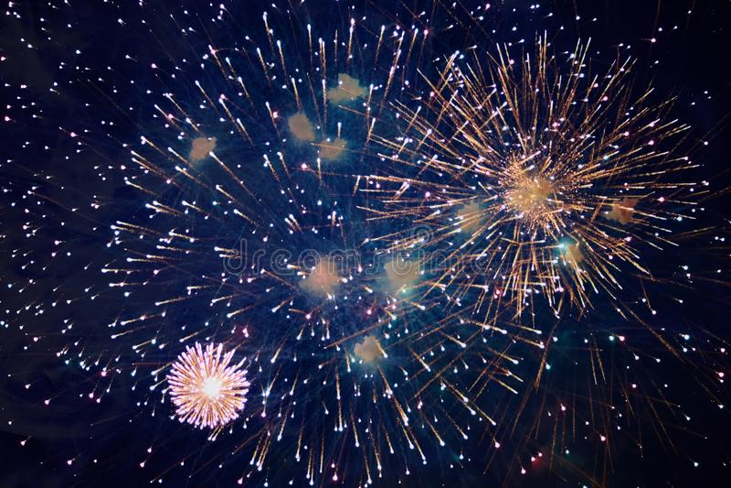Goedkoop mooi helder vuurwerk, met nevel, nachthemel, achtergrondtextuur royalty-vrije stock foto