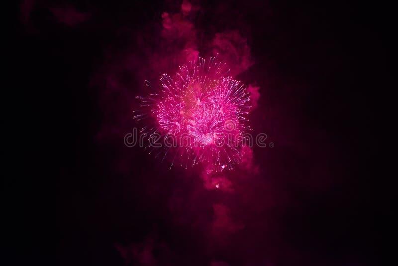 Goedkoop vuurwerk, over de rode stad, stock afbeelding