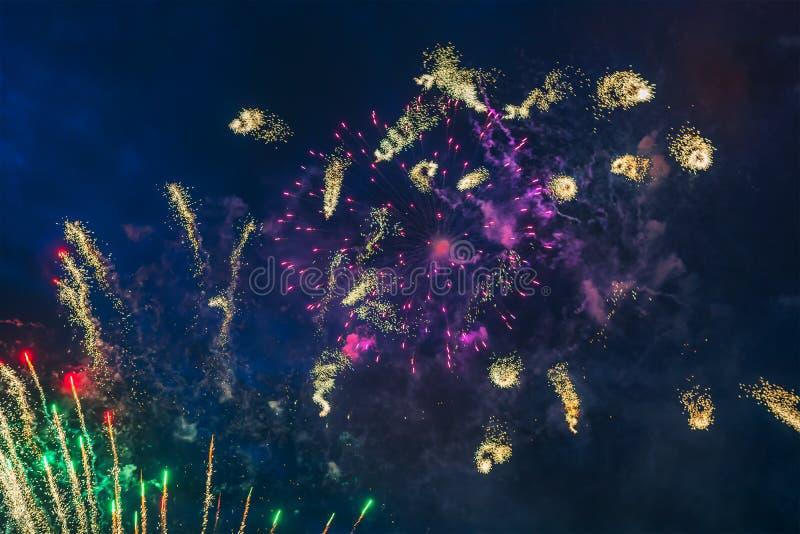 Goedkoop Vuurwerk over de stad royalty-vrije stock fotografie