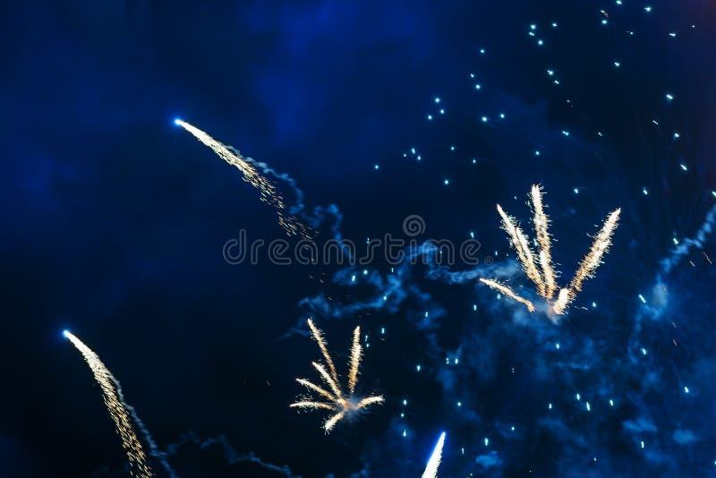 Goedkoop vuurwerk over de stad stock foto's