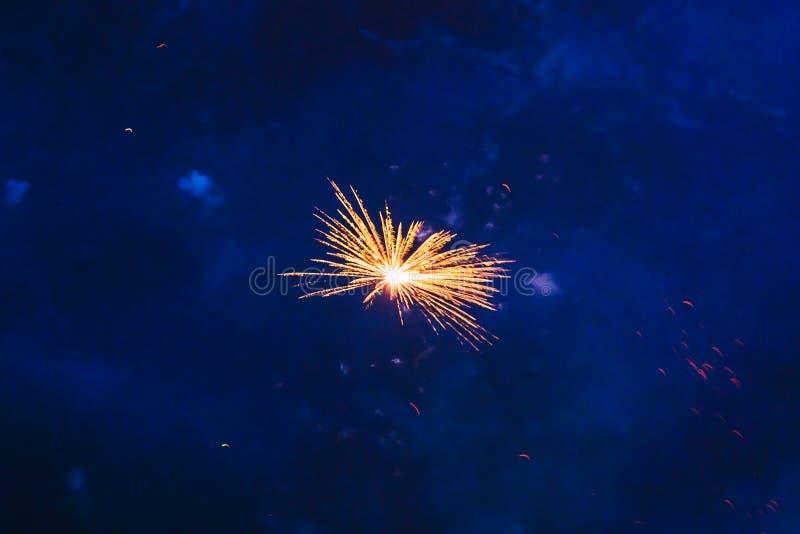 Goedkoop vuurwerk over de stad stock afbeelding