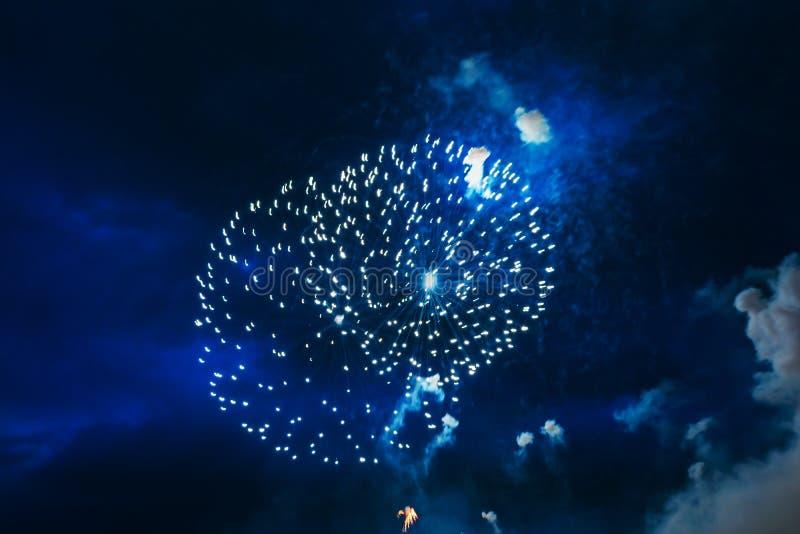 Goedkoop vuurwerk over de stad royalty-vrije stock foto