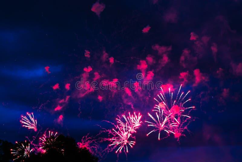 Goedkoop vuurwerk over de stad stock fotografie