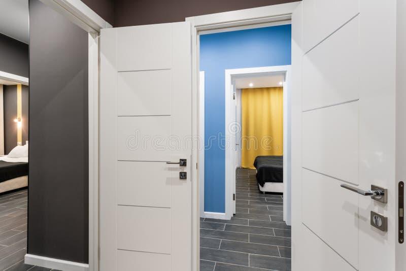 Goedkope familieruimte Hotelnorm met vier slaapkamers eenvoudige en modieuze binnenlands Binnenlandse verlichting royalty-vrije stock afbeeldingen