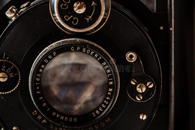 Goerz antiguo Berlín, cámara de plegamiento de Compur en el fondo de mármol fotos de archivo