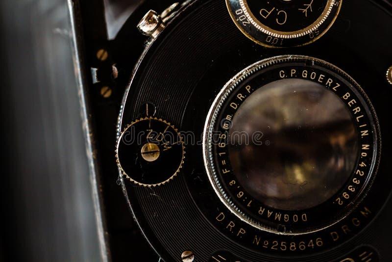 Goerz antiguo Berlín, cámara de plegamiento de Compur en el fondo de mármol imagenes de archivo