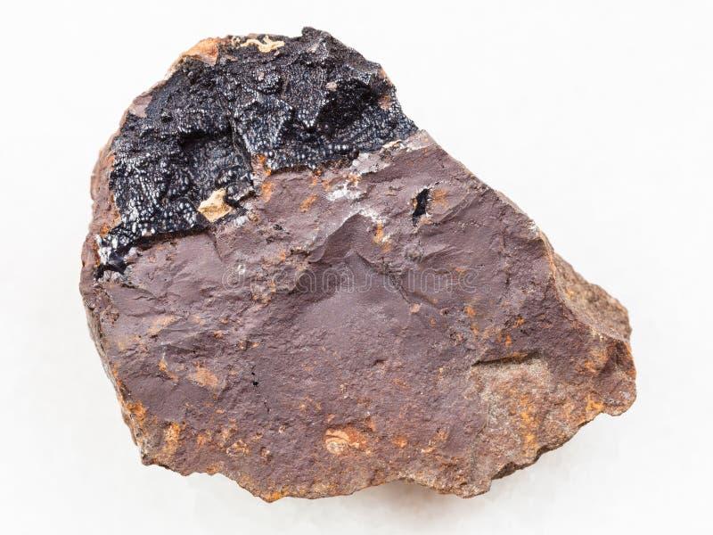 goethite agregaty na limonitu kamieniu na bielu fotografia royalty free