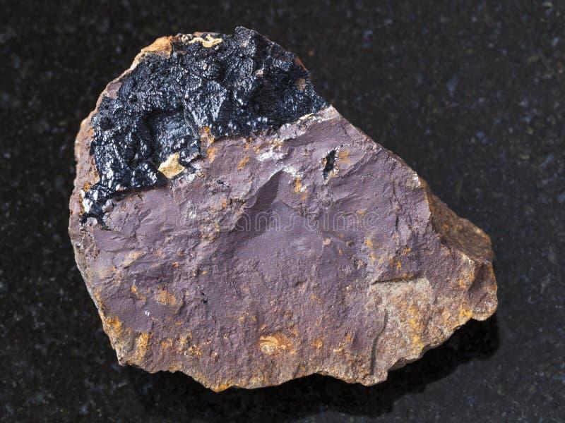 goethite agregaty na limonitu kamieniu na zmroku zdjęcia stock