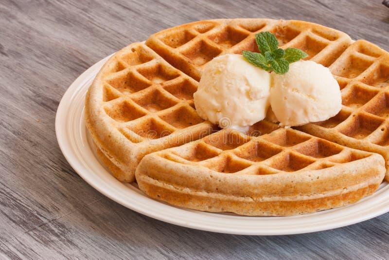 Gofra śniadanie z lody i klonu syryp obrazy stock