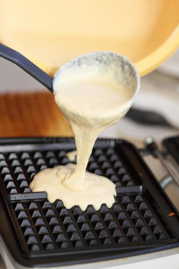 Gofra żelaza narządzania gofry w kuchni zdjęcie stock