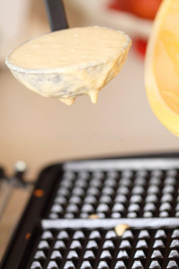 Gofra żelaza narządzania gofry w kuchni zdjęcia royalty free