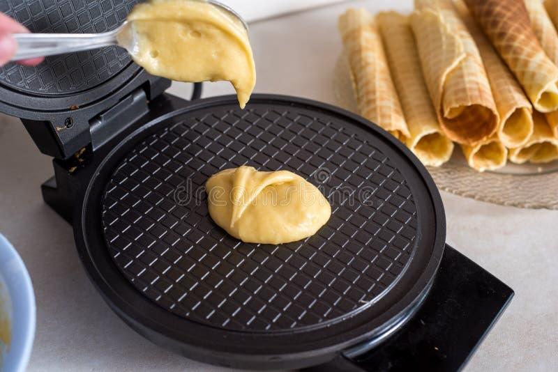 Gofra żelazo w kuchni Przygotowywający domowej roboty gofry, nalewa ciasto zdjęcia royalty free