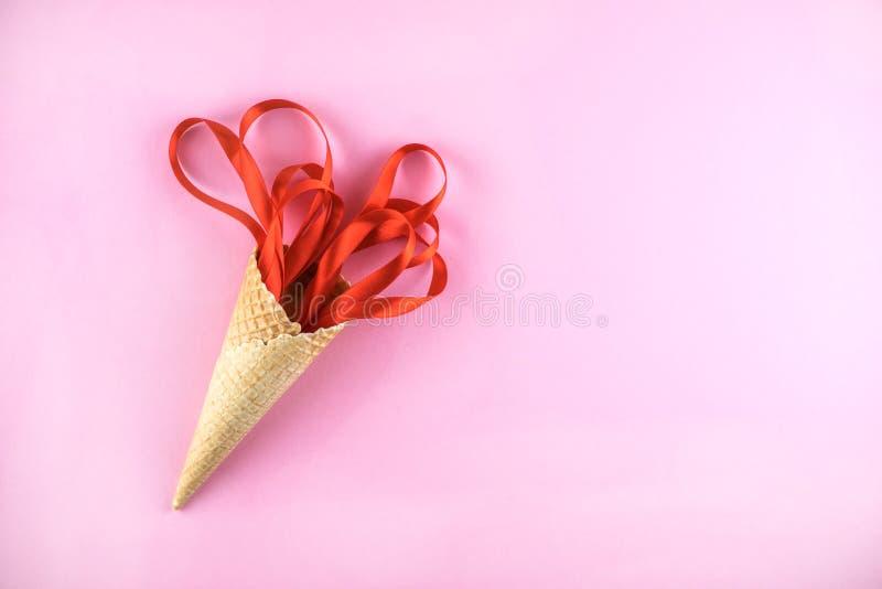 Gofra rożek z czerwonymi faborkami Świąteczny pojęcie obrazy royalty free