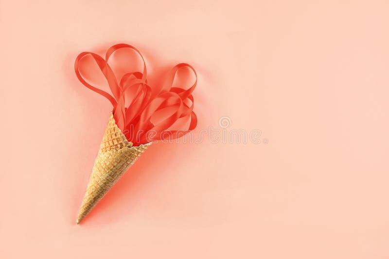 Gofra rożek z Koralowymi faborkami Świąteczny pojęcie fotografia stock