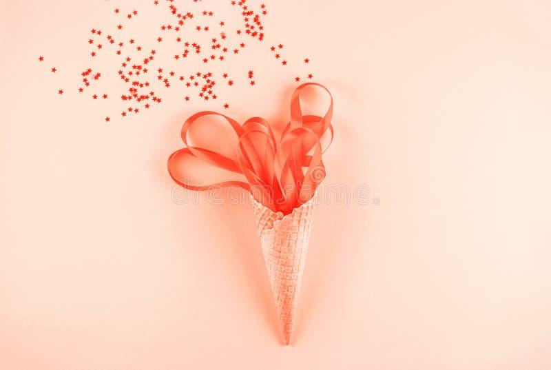 Gofra rożek z Koralowymi faborkami Świąteczny pojęcie zdjęcia royalty free