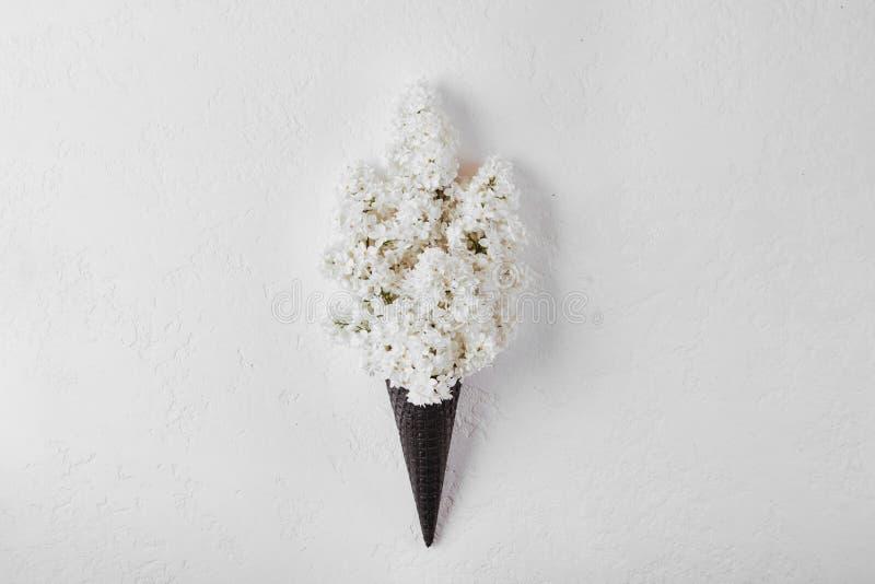 Gofra rożek z lilym kwiatu bukietem na białym tle zdjęcie stock
