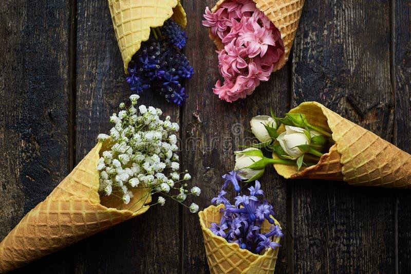 Gofry dla lody z kwiatami fotografia royalty free