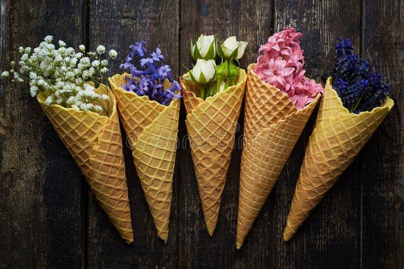 Gofry dla lody z kwiatami zdjęcie royalty free