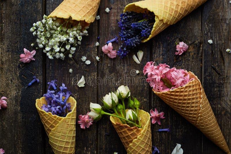 Gofry dla lody z kwiatami obraz stock