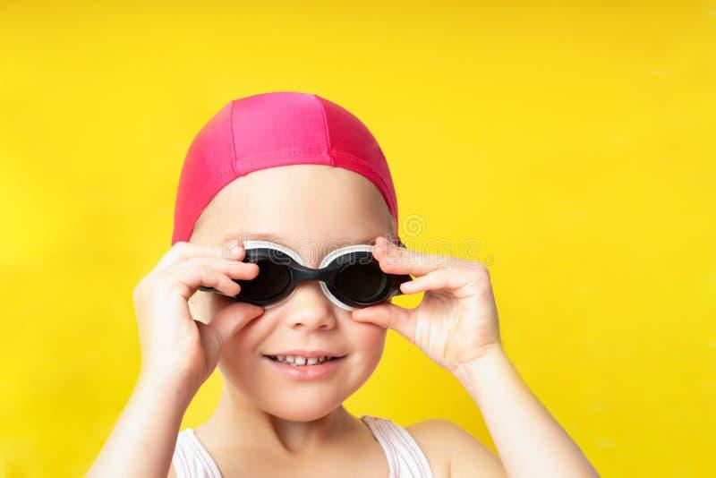 goggles för bakgrundslockflicka isolerade simma vitt barn för stående royaltyfri foto