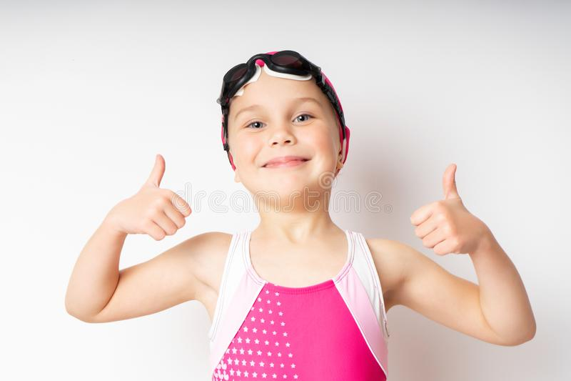 goggles för bakgrundslockflicka isolerade simma vitt barn för stående fotografering för bildbyråer