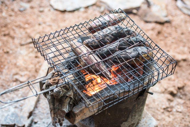 Goguma et x28 grillés ; potato& doux x29 ; sur le fourneau de charbon de bois image stock