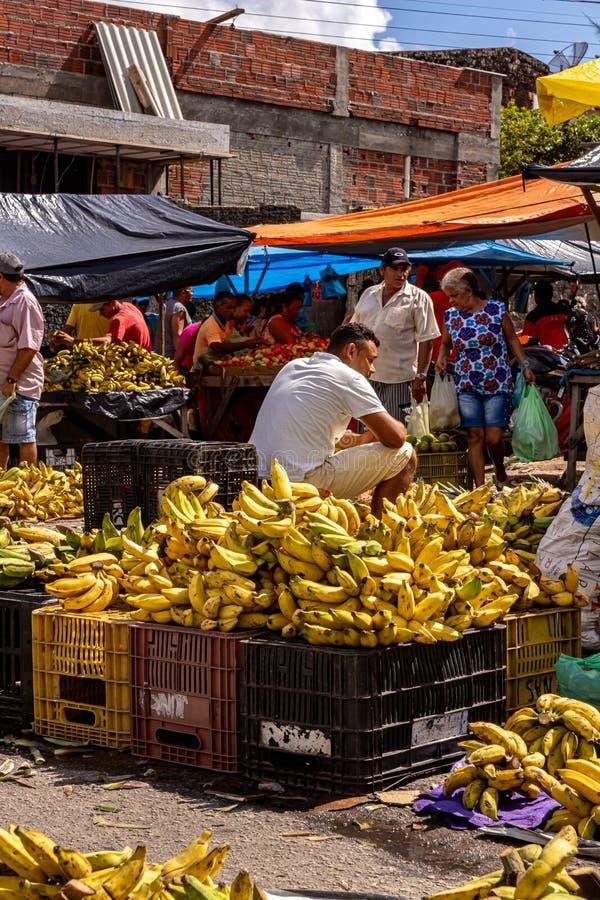Goianinha 13 luglio 2019 Gli acquirenti di un mercato agricolo Picturesmo mercato alimentare all'aperto immagini stock