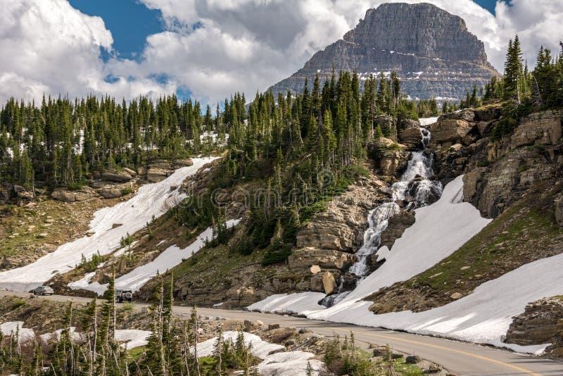 Going-to-the-Sun Road es una pintoresca carretera de montaña en las Montañas Rocosas del oeste de los Estados Unidos, en el Parqu imagenes de archivo