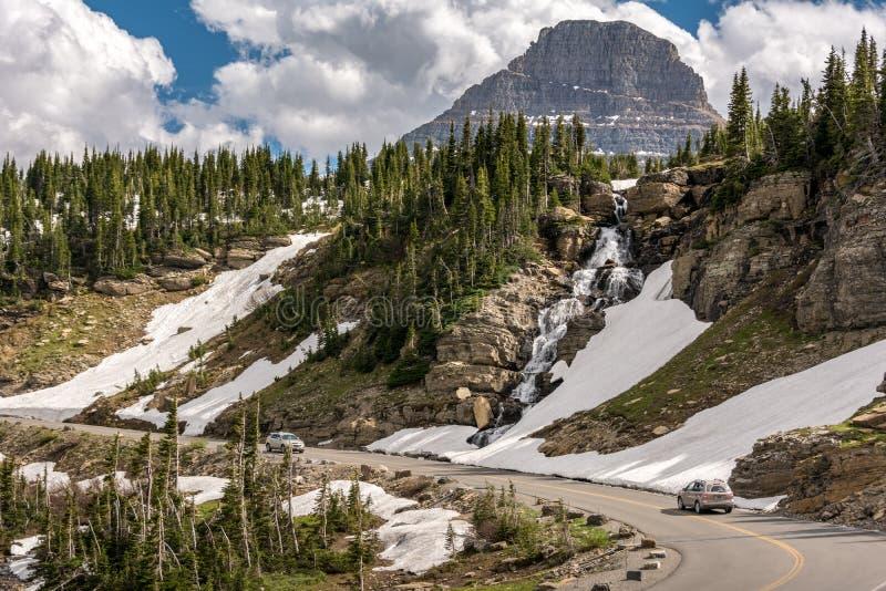 Going-to-the-Sun Road es una pintoresca carretera de montaña en las Montañas Rocosas del oeste de los Estados Unidos, en el Parqu foto de archivo