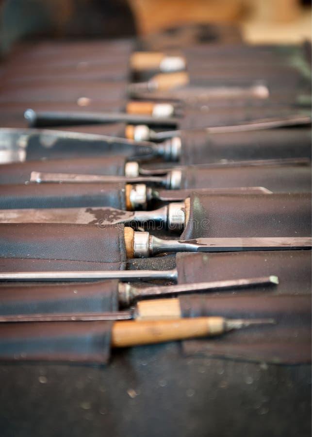 Goivaduras e formões na caixa do couro do primeiro plano fotografia de stock