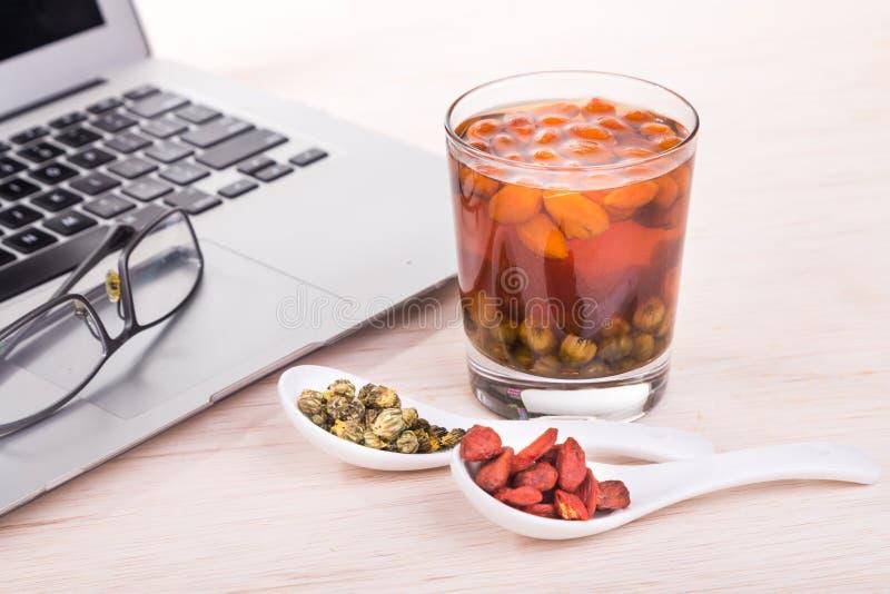Goji莓果或Wolfberry,菊花改进e的茶补救 免版税库存照片