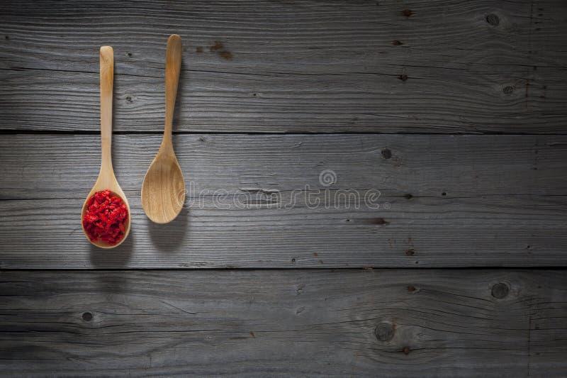 Gojibessen op houten lepel en houten achtergrond stock afbeeldingen