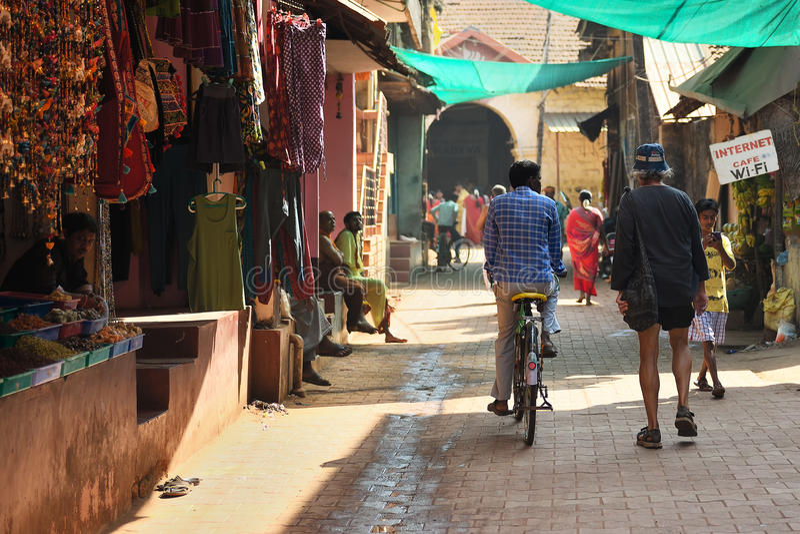 Download GOKARNA卡纳塔克邦印度- 2016年1月29日:有室外商店的拥挤狭窄的街道在Gokarna市 编辑类库存照片 - 图片 包括有 印第安语, 村庄: 72367333