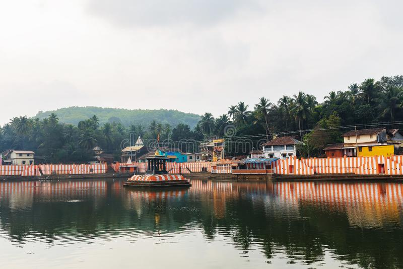 Gokarna, Inde - mars 2019 : Belles maisons indiennes sur le lac sacré Koti Teertha au centre de Gokarna photographie stock