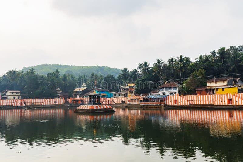 Gokarna, Indien - März 2019: Schöne indische Häuser auf dem heiligen See Koti Teertha in der Mitte von Gokarna stockfotografie