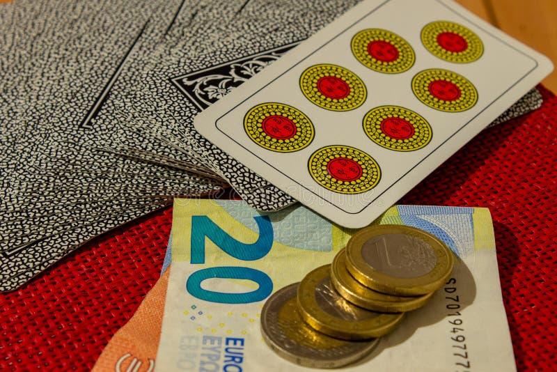 Gokkend, met kaarten, geld, of eenvoudig kaartspel wanneer de familie wordt herenigd royalty-vrije stock afbeelding