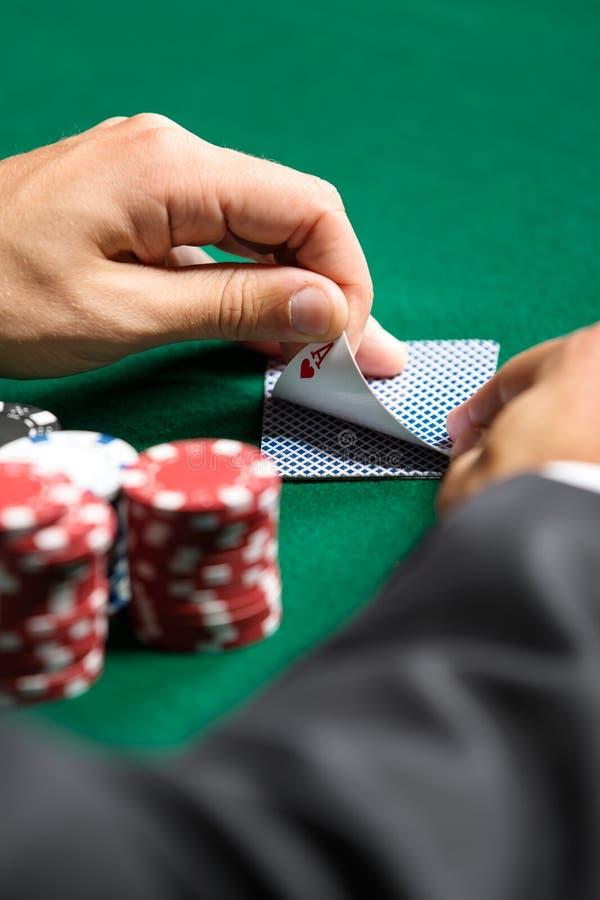 Gokker die zijn kaarten controleren stock afbeeldingen