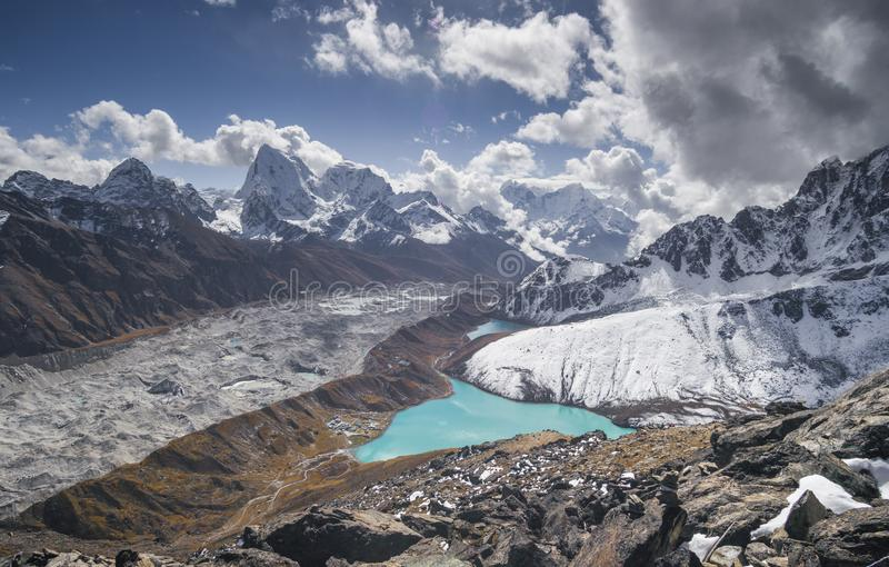 Gokyo村庄和湖Cholatse和Ngozumpa冰川 库存照片