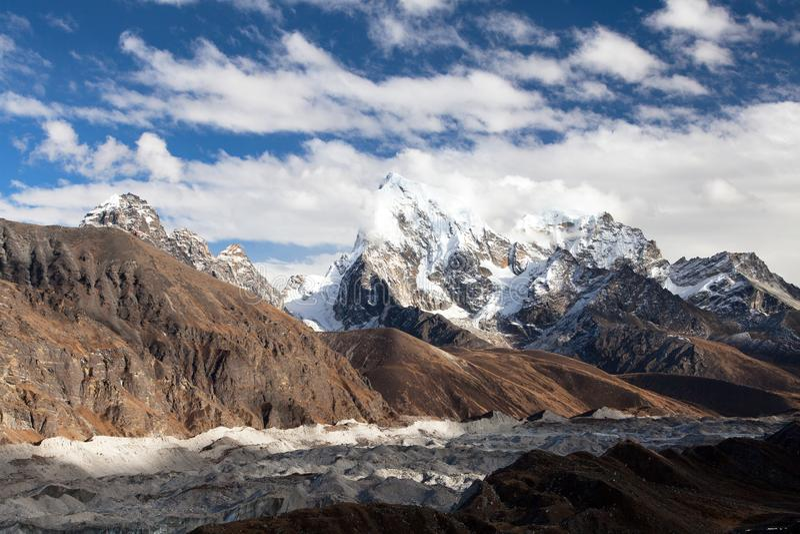 Gokyo湖Dudh Pokhari Tso和村庄、Ngozumba冰川,Arakam tse峰顶和chola tse从Gokyo Ri -艰苦跋涉对卓奥友峰基地 免版税库存照片