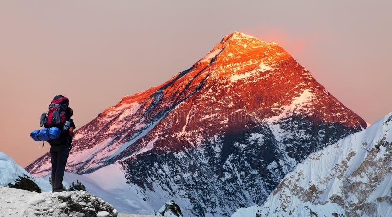 从Gokyo谷的珠峰与游人 免版税库存图片