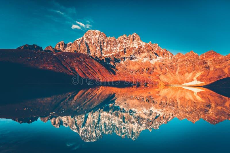 Gokyo sjö som Trekking i den Everest regionen, Nepal arkivfoto
