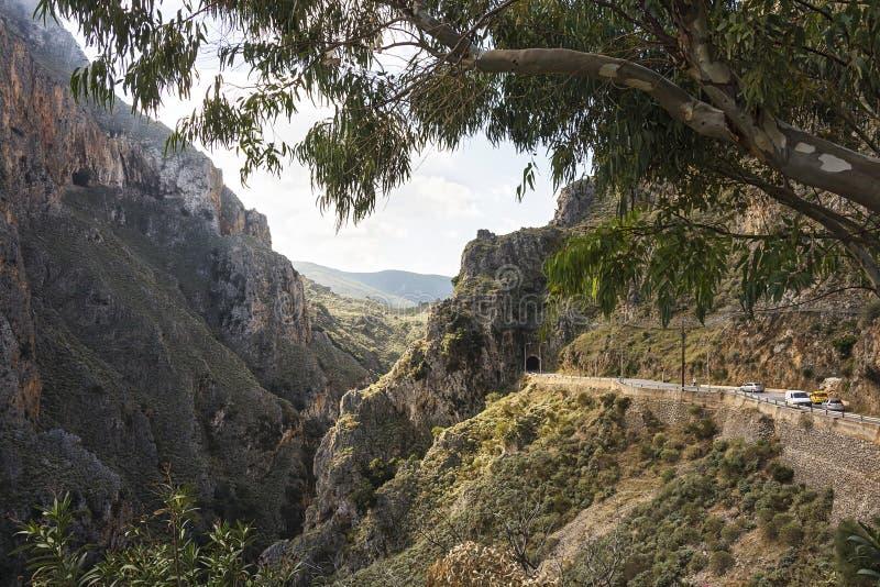 Gola e tunnel della montagna nella catena montuosa immagine stock