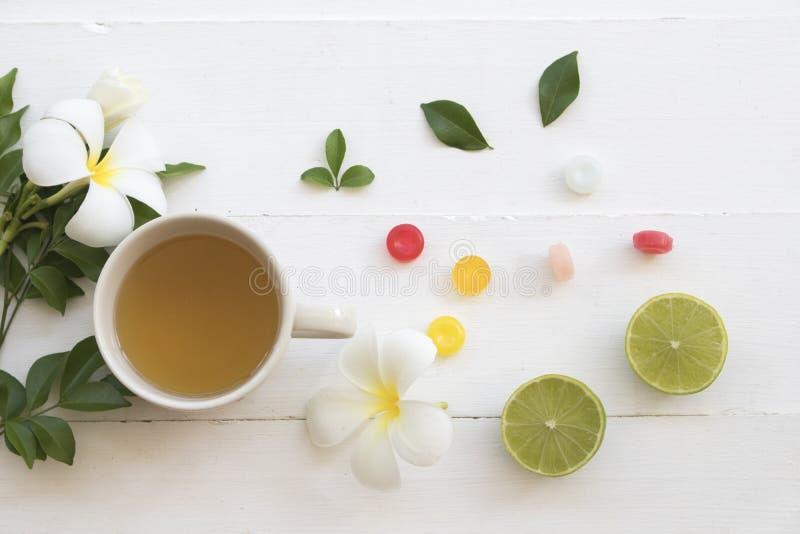 Gola irritata e tosse della miscela del miele di sanità di erbe calda del limone fotografia stock