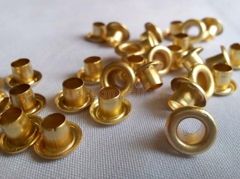 Goldällchen auf texturiertem weißem Tuch lizenzfreie stockbilder
