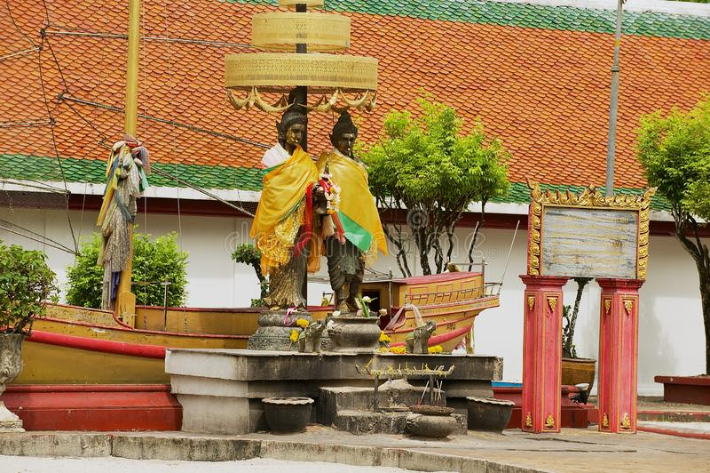 Gold bedeckte Statuen am Eingang zu Wat Phra Mahathat Woramahawihan Buddhist-Tempel in Nakhon Sri Thammarat, Thailand lizenzfreie stockfotografie