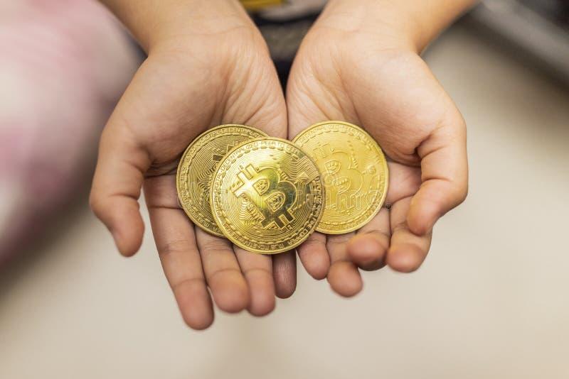 Gold-bitcoin digitale Währung, digitales Geld, weltweites Netz der Technologie stockbild