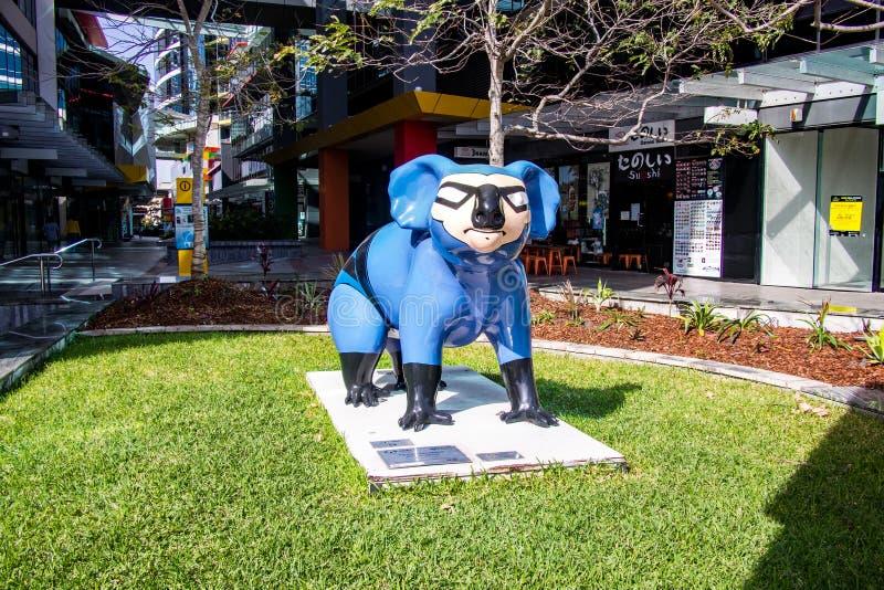 Gold Coast Квинсленд Австралия 10 09 2018 одеванная покрашенная статуя коалы стоковые фотографии rf
